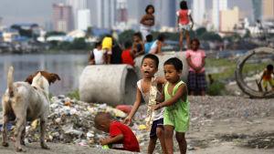 Två miljarder barn bor i områden där luftföroreningar klart överstiger WHO:s gränsvärden. Dessa barn bor i en slum i Filippinernas huvudstad Manila