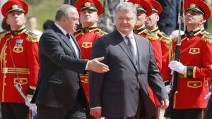 Georgiens president Giorgi Margvelasjvili tar emot Ukrainas president Petro Porosjenko.
