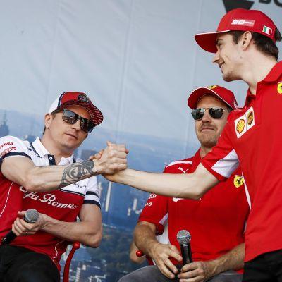 Kimi Räikkönen och Charles Leclerc skakar hand