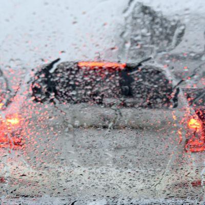 Bil i snöblandat regn.