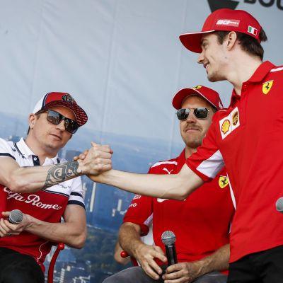 Kimi Räikkönen skakar hand med Charles Leclerc.