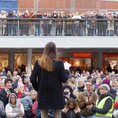 En talare och hundratals mänskor som lyssnar på Sergels torg i Stockholm.