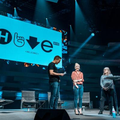 Ilkka Paananen, Linda Liukas och Minna Kivihalme på en scen på Slush när kodarskolan presenteras.