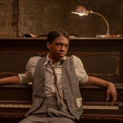 Chadwick Boseman poserar framför ett piano i filmen Ma Rainey´s Black Bottom.
