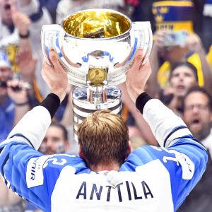 Marko Anttila med VM-pokalen 2019.