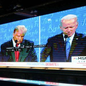 Två män på en tv-skärm.