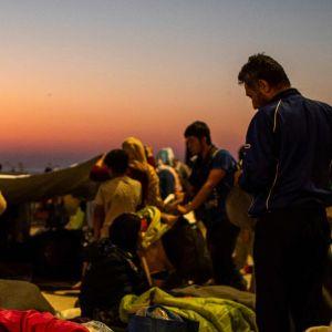 Migranter som tillbringat natten vid en väg nära Mytilene på Lesbos