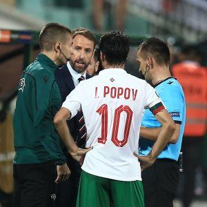 Diskussioner mellan domare, Bulgariens herrlandslag i fotboll, samt Englands herrlandslag i fotboll.