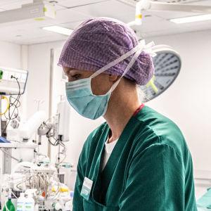 Två sjukskötare i en operationssal.