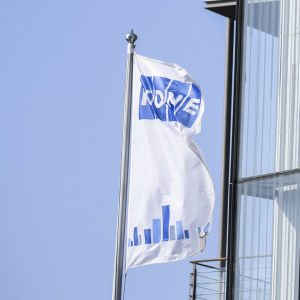Flaggor med Kones logo på.