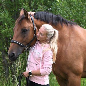 Ryttaren Stella Hagelstam med hästen Julia.