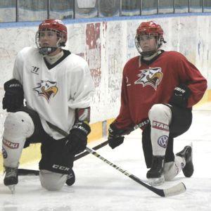 Spelarna lyssnar på direktiv från tränaren.
