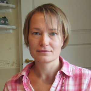 Linda Karlström istuu pöydän ääressä.