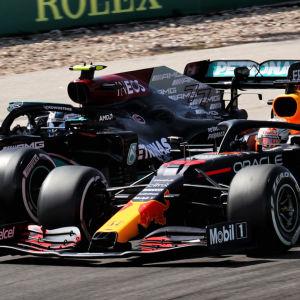 Valtteri Bottas och Max Verstappen kör sida vid sida.