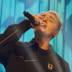 Artisten Isac Elliot uppträder på talkshowen Succékväll