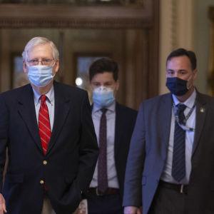 Senatens majoritetsledare lämnade senatsgolvet och gick mot sitt kontor i Capitol Hill då överenskommelsen var klar.