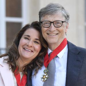 Melinda och Bill Gates utanför Élyséepalatset i Paris, i april 2017, då de hade fått motta den franska Hederslegionens utmärkelse för sitt välgörenhetsarbete.