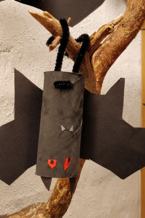 En fladdermus gjord av en toalettpappersrulle.