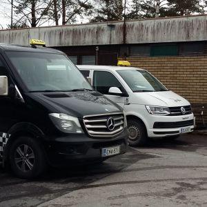 Tre större taxibilar väntar på beställningar utanför taxistationen i Pargas.