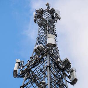 Collage av två bilder. Till vänster en 5G-mast, till höger syns ett Huawei-kontor med företagets logo på.
