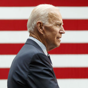 Demokraternas presidentkandidat Joe Biden håller tal framför en väldig amerikansk flagga
