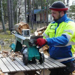 Byagårdskarlen Leif Still använder vedklyvaren i Pitkäpää