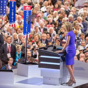 Stor folkskara samlad vid USA:s republikaners konvent i juli 2016. En kvinna står framför människorna och håller ett tal.