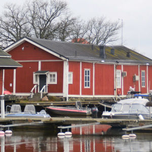 röda bodar i en hamn