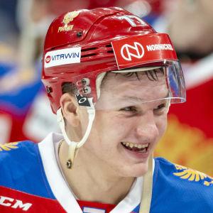 Kirill Kaprizov skrattar med hjälmen uppknäppt.