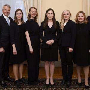 Gruppbild av regeringen som står på rad.