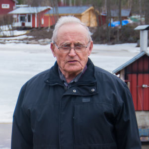 Olof Ehnström framför en istäckt havsvik