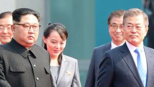 Kims yngre syster Kim Yo-Jong mellan brodern Kim Jong-Un och Sydkoreas president Moon Jae-in.