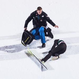 Vårdpersonal skyndar för att hjälpa en liggande Thomas Aasen Markeng.