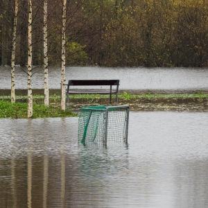 Översvämmad idrottsplan i Kyrkträsk i Esbo