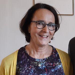 Monica Henriksson och Anders Lindström står och tittar in i kameran.