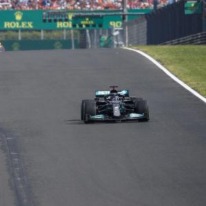 Lewis Hamilton kör ensam på raksträckan.