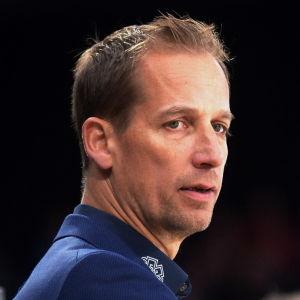 Antti Törmänen coachar sitt EHC Biel i en match.