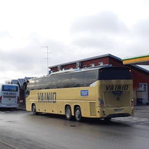 Två bussar vid busstationen i Ingå.