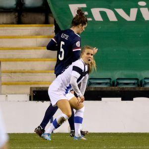 Lagkamrater springer med armarna i luften mot Amanda Rantanen.