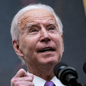 Joe Biden står vid ett podium och talar.