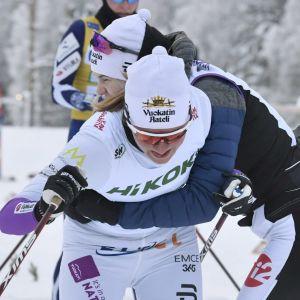 Katri Lylynperä och Vilma Nissinen firar.