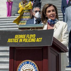 Talman Nancy Pelosi och andra demokrater presenterade polisreformen som har uppkallats efter George Floyd, inför omröstningen i kongressen.