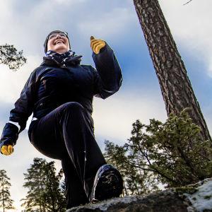 Petra Mannström och Piritta Pomrén visar exempel på ett träningspass utomhus.