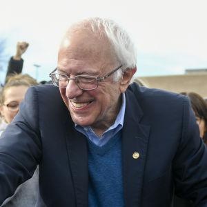 Bernie Sanders skakar hand med amerikaner inför presidentvalet 2020