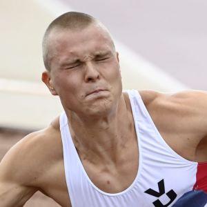 Kristian Bäck hoppar längd.