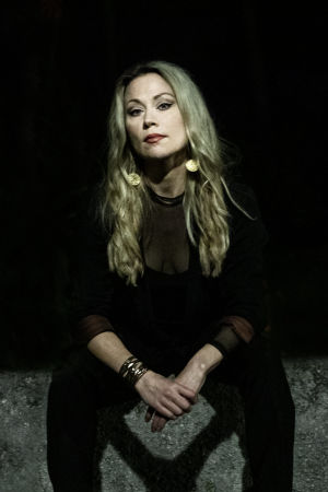 Anna Eriksson istuu mustissa vaatteissa betonilla