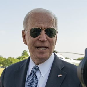 Joe Biden talar med journalister.