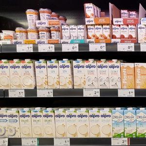 soija- ja kaurajuomahyllyn valikoimaa kaupassa