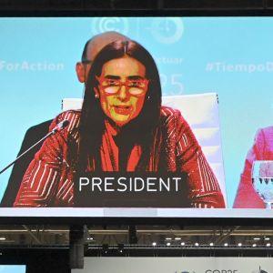 Chiles miljöminister Caroline Schmidt på en stor skärm i en mötessal under klimatmötet i Madrid 2019.