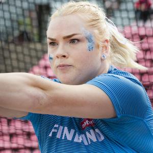 Krista Tervo kastar under landskampen 2020.